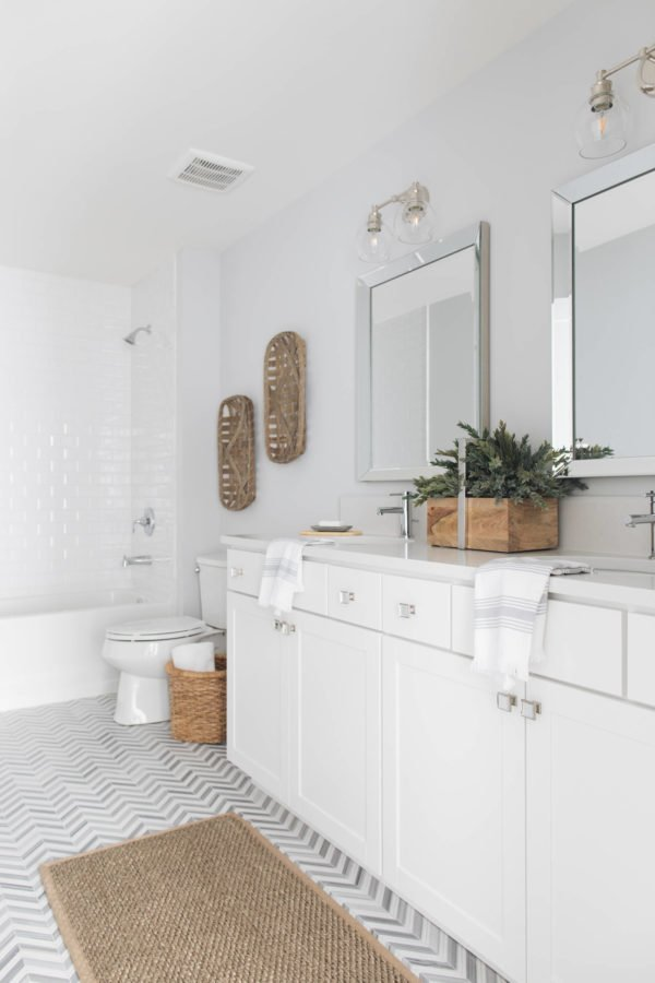100 Cozy Rustic Farmhouse Bathroom Decor Ideas You Can Easily Copy - You have to see this #farmhousebathroom decor idea with two-piece toilet and an undermount sink. Love it! #BathroomDecor #HomeDecorIdeas