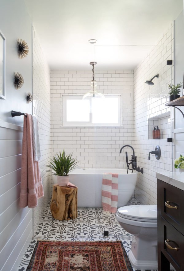 100 Cozy Rustic Farmhouse Bathroom Decor Ideas You Can Easily Copy - You have to see this bathroom decor idea with handmade carpet and built-in shelf. Love it!