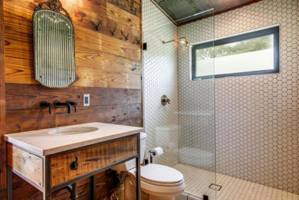 100 Cozy Rustic Farmhouse Bathroom Decor Ideas You Can Easily Copy - You have to see this #farmhousebathroom decor idea with a two-piece toilet and an udnermount sink. Love it! #BathroomDecor #HomeDecorIdeas