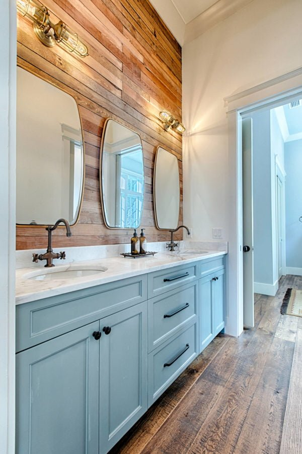 100 Cozy Rustic Farmhouse Bathroom Decor Ideas You Can Easily Copy - You have to see this #farmhousebathroom decor idea with claw-foot bathtub and original marble countertops. Love it! #BathroomDecor #HomeDecorIdeas