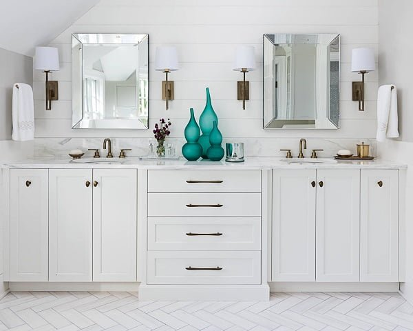 100 Cozy Rustic Farmhouse Bathroom Decor Ideas You Can Easily Copy - You have to see this bathroom decor idea with quartzite countertops and metal light and sink components. Love it!