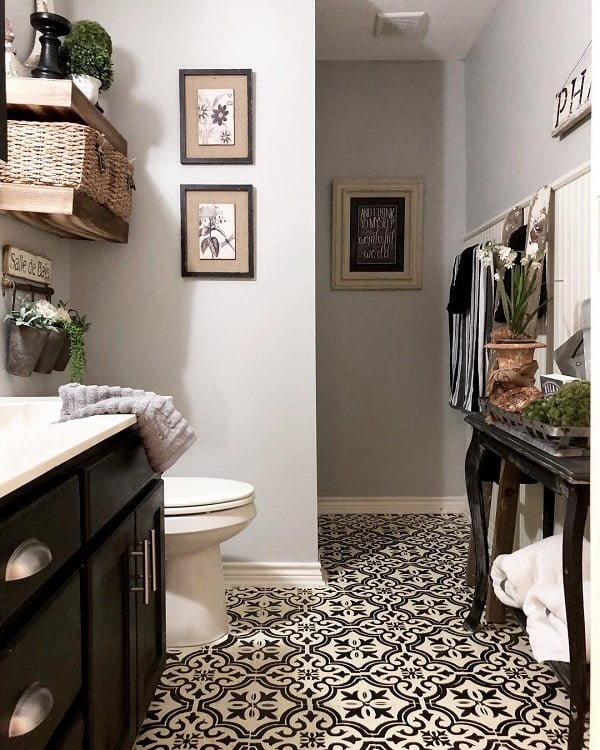 100 Cozy Rustic Farmhouse Bathroom Decor Ideas You Can Easily Copy - You have to see this #farmhousebathroom decor idea with oriental flooring and palette box shelves. Love it! #BathroomDecor #HomeDecorIdeas