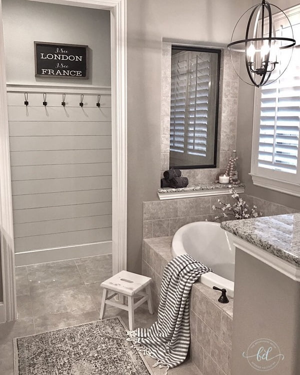100 Cozy Rustic Farmhouse Bathroom Decor Ideas You Can Easily Copy - You have to see this #farmhousebathroom decor idea with dettached bathroom hanger and internal glass window. Love it! #BathroomDecor #HomeDecorIdeas