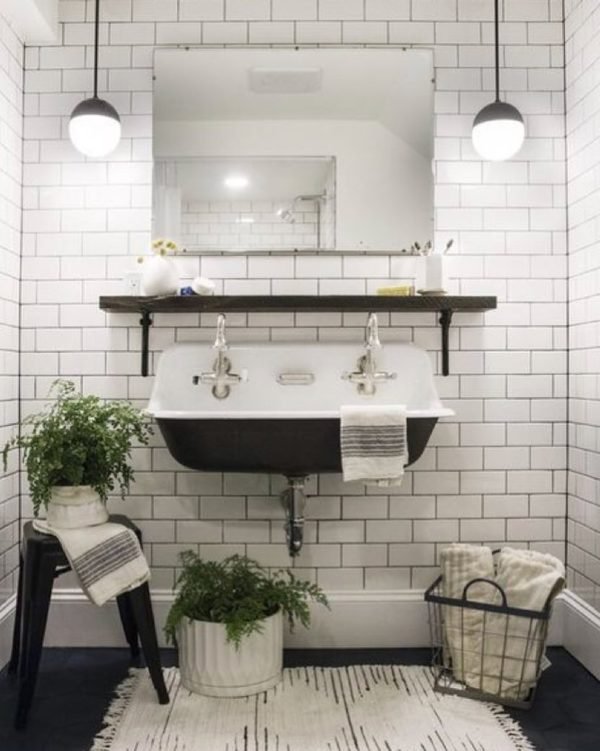 100 Cozy Rustic Farmhouse Bathroom Decor Ideas You Can Easily Copy - You have to see this #farmhousebathroom decor idea with plastic stand stool and wired storage basket. Love it! #BathroomDecor #HomeDecorIdeas