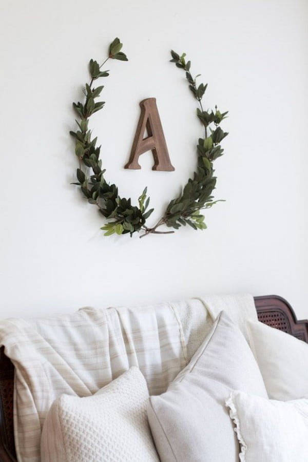 Check out the tutorial on how to make a #DIY #farmhouse laurel wreath. Looks easy enough! #HomeDecorIdeas