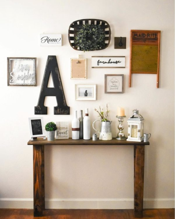 You have to see this #farmhouse decor idea with a hardwood table and macthing dar wood flooring. Love it! #FarmhouseDecor #HomeDecorIdeas