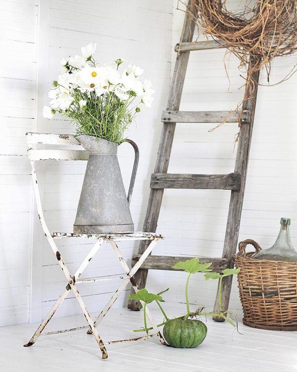 You have to see this #farmhouse decor idea with matching white wooden walls and flooring. Love it! #FarmhouseDecor #HomeDecorIdeas
