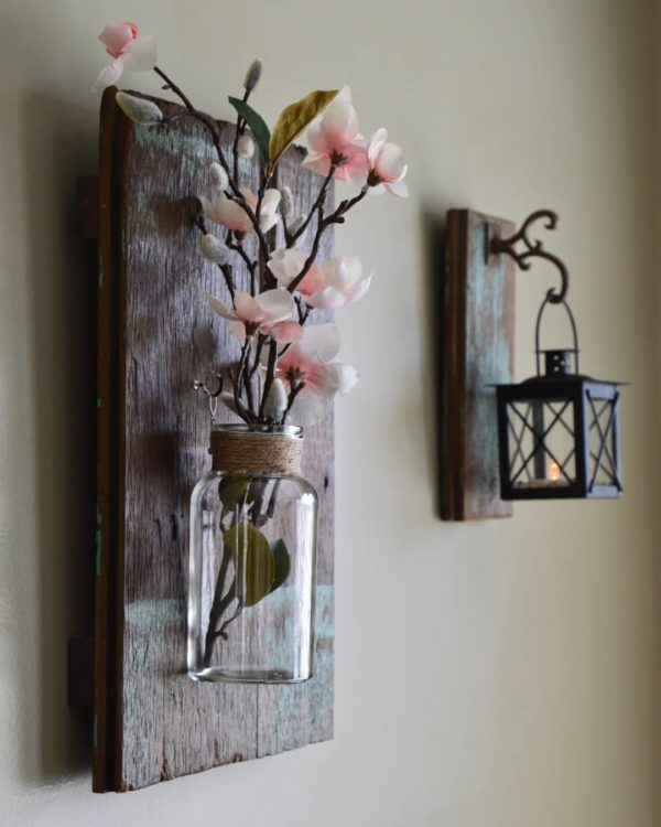 You have to see this #farmhouse decor idea with eggshell wals and tasteful placement of yesteryear iron hangers. Love it! #FarmhouseDecor #HomeDecorIdeas