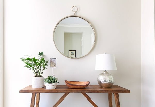 decor idea with strecthed wooden coffee table and statement mirror. Love it!