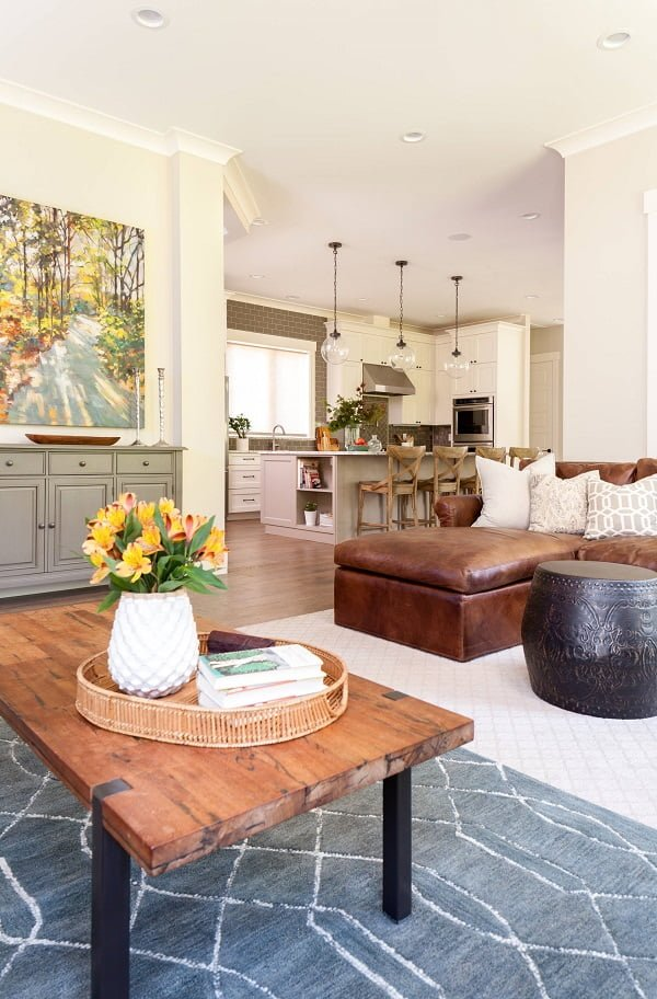 You have to see this #farmhouse decor idea with leather sofa and navy-grey carpet. Love it! #FarmhouseDecor #HomeDecorIdeas