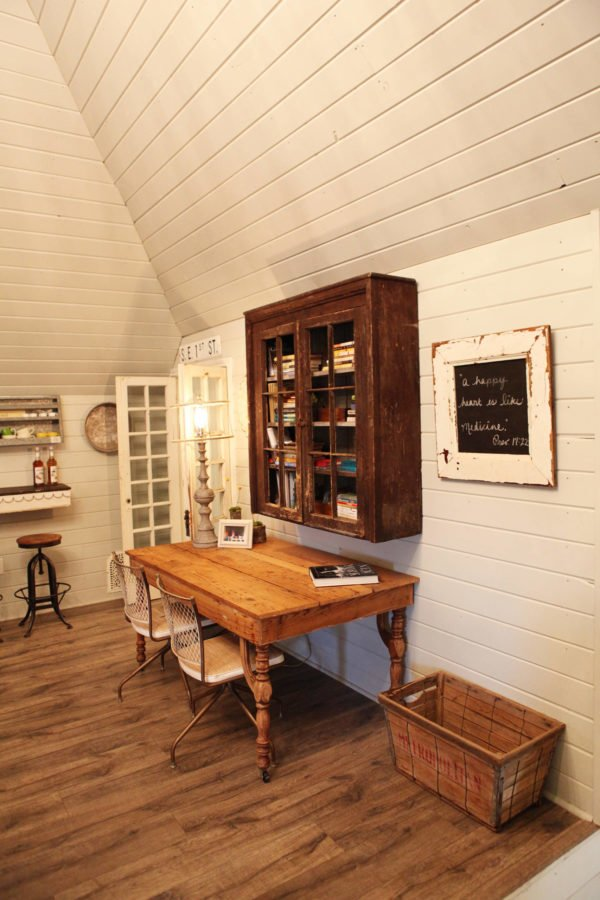 100 Charming Farmhouse Decor Ideas for Your Home Office - You have to see this #farmhouseoffice decor idea with storage basket and bright walls and entrance door. Love it! #FarmhouseOfficeDecor #HomeDecorIdeas