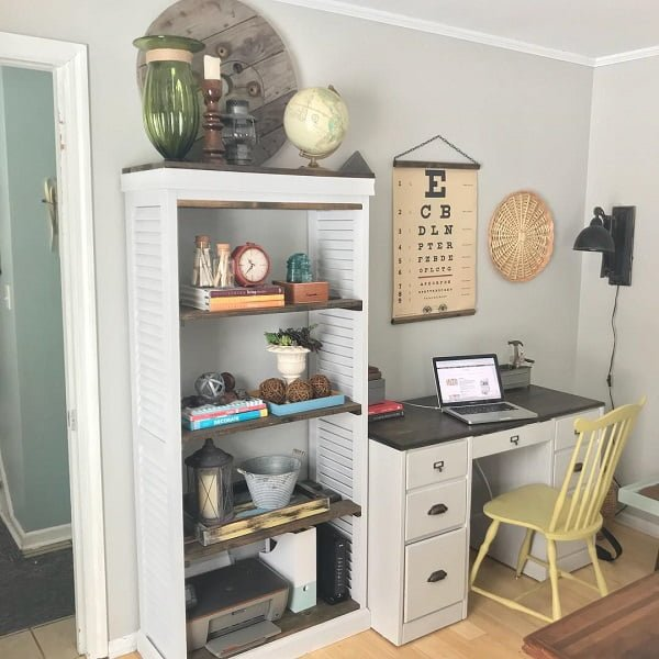 100 Charming Farmhouse Decor Ideas for Your Home Office - You have to see this #farmhouseoffice decor idea with vintage office chair and wood-glass decor elements. Love it! #FarmhouseOfficeDecor #HomeDecorIdeas