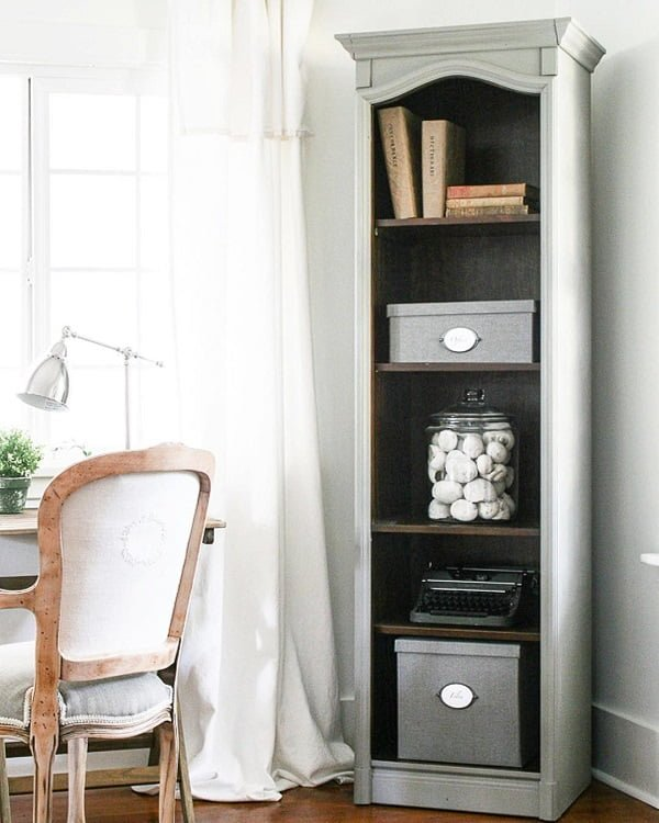 100 Charming Farmhouse Decor Ideas for Your Home Office - You have to see this #farmhouseoffice decor idea with vintage typewriter and a large mason jar storage space. Love it! #FarmhouseOfficeDecor #HomeDecorIdeas