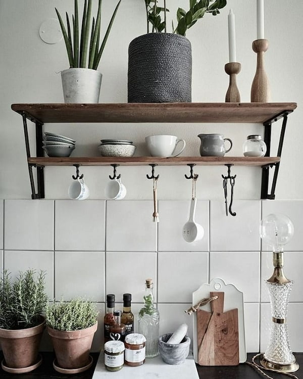 You have to see this #farmhousekitchen decor idea with dark kitchen countertops and porcelain kitchenware. Love it! #FarmhouseKitchen #HomeDecorIdeas