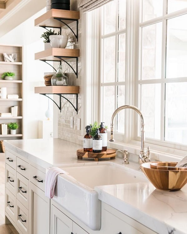 100 Inspiring Farmhouse Sink Ideas for the Kitchen and Bathroom - You have to see this #farmhousesink decor idea with single-handle faucet and a separate liquid soap container. Love it! #FarmhouseSinkDecor #HomeDecorIdeas