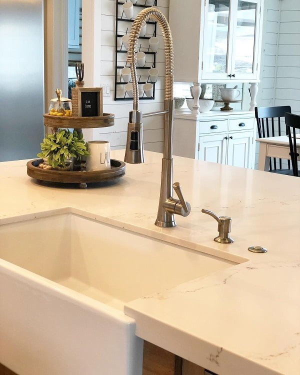 100 Inspiring Farmhouse Sink Ideas for the Kitchen and Bathroom - You have to see this #farmhousesink decor idea with installed draining handle and a matching single-hole faucet . Love it! #FarmhouseSinkDecor #HomeDecorIdeas