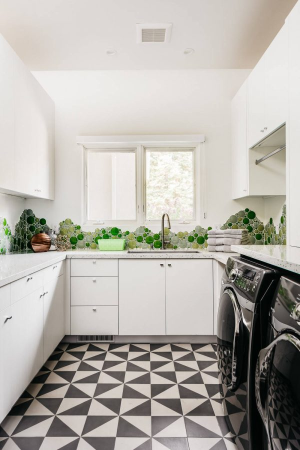 100 Fabulous Laundry Room Decor Ideas You Can Copy - You have to see this #laundryroom decor idea with a undermount sink and white laundry room setup. Love it! #LaundryRoomDecor #HomeDecorIdeas