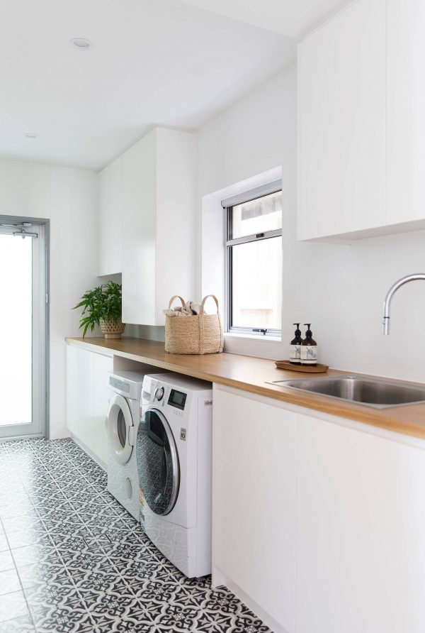 100 Fabulous Laundry Room Decor Ideas You Can Copy - You have to see this #laundryroom decor idea with relaxing white walls and soft wood countertops. Love it! #LaundryRoomDecor #HomeDecorIdeas