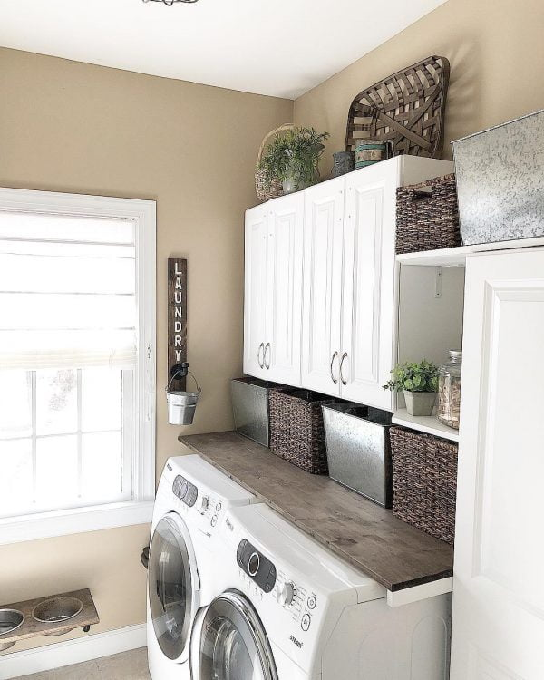 100 Fabulous Laundry Room Decor Ideas You Can Copy - You have to see this #laundryroom decor idea with metalic and wooden storag space and ornaments. Love it! #LaundryRoomDecor #HomeDecorIdeas