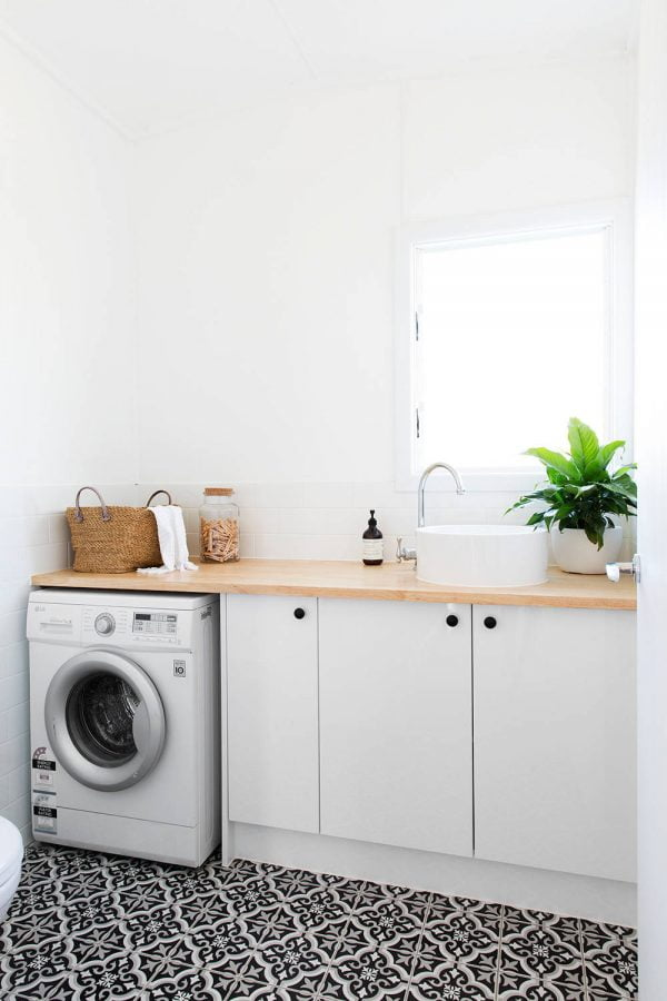 100 Fabulous Laundry Room Decor Ideas You Can Copy - You have to see this #laundryroom decor idea with simplified cabinet arrangement and wood countertops. Love it! #LaundryRoomDecor #HomeDecorIdeas