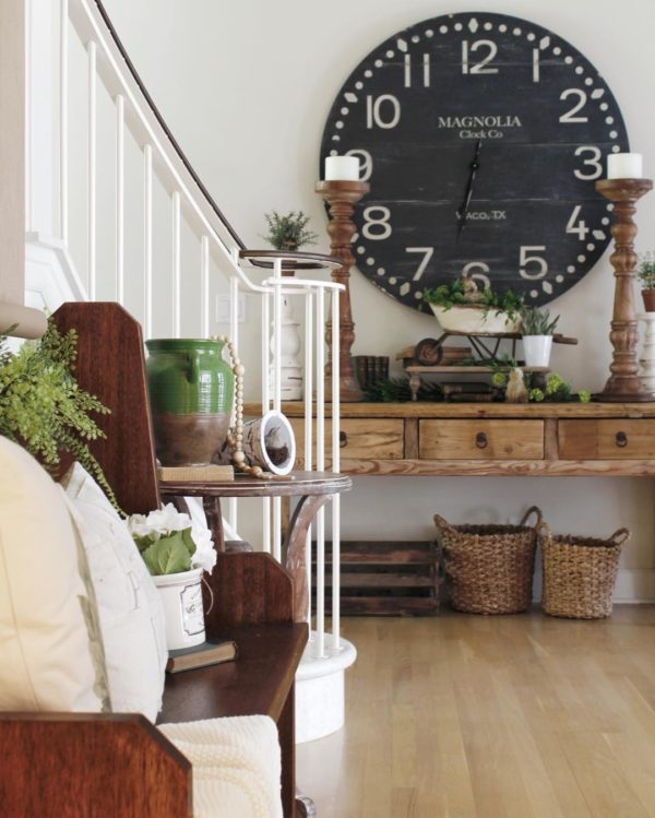 You have to see this #modernfarmhouse decor idea with dark hardwood sitting bench and retro storage baskets and containers. Love it! #ModernFarmhouseDecor #HomeDecorIdeas