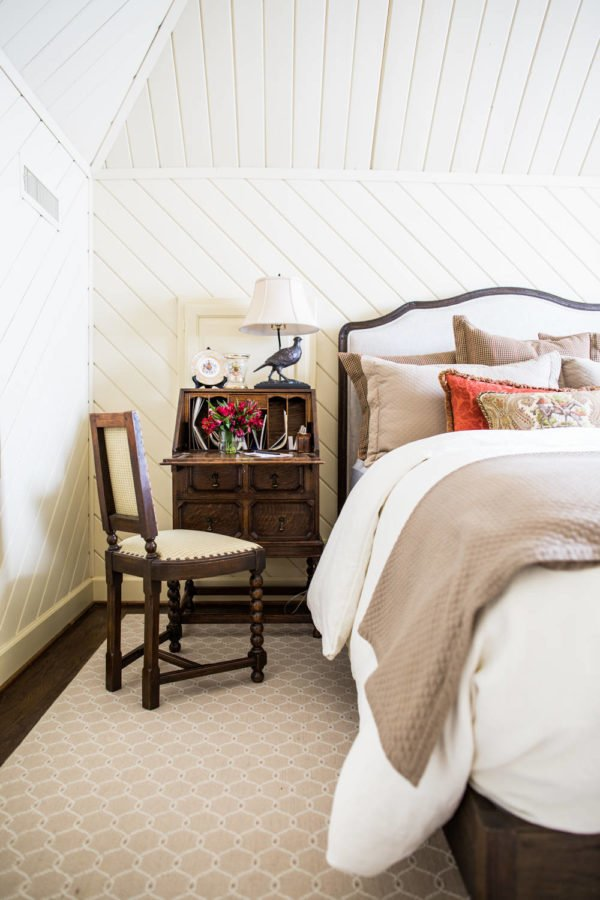 You have to see this #modernfarmhouse decor idea with a discrete blush carpet and mdoernized royal chair. Love it! #ModernFarmhouseDecor #HomeDecorIdeas