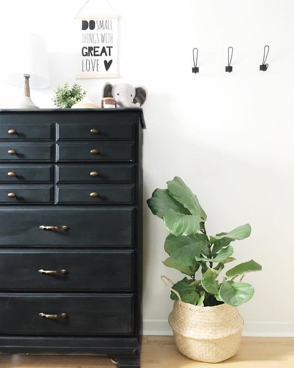 You have to see this #modernfarmhouse decor idea with retro basket flower pot and creative wall sign. Love it! #ModernFarmhouseDecor #HomeDecorIdeas