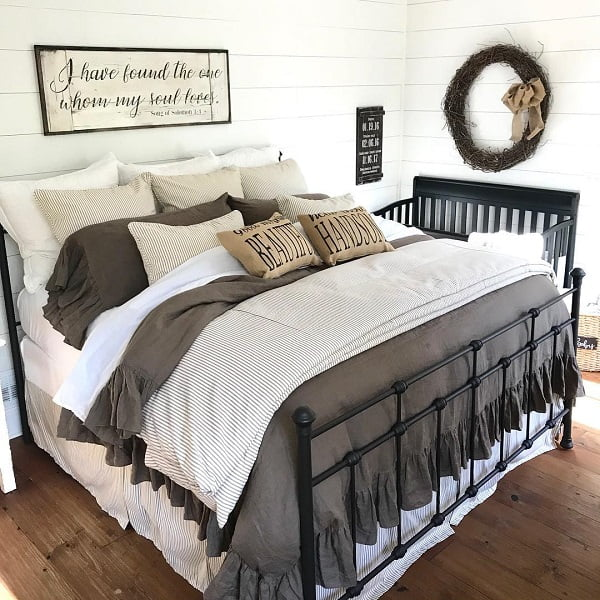 You have to see this #modernfarmhouse decor idea with a framed wall sign and decorative wreath. Love it! #ModernFarmhouseDecor #HomeDecorIdeas