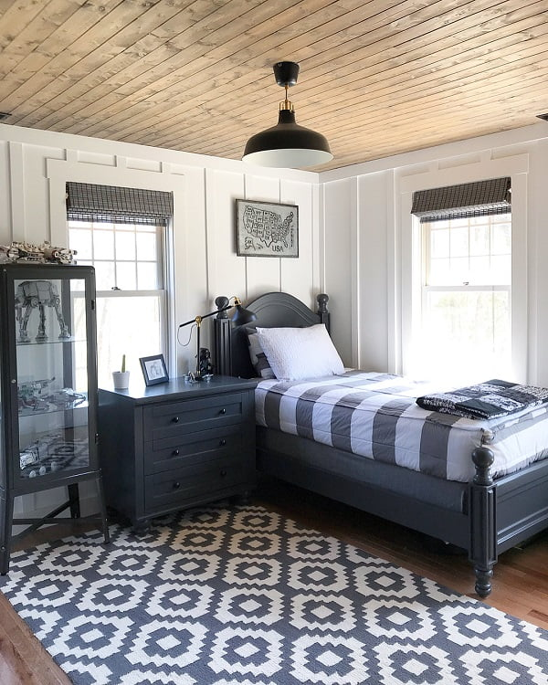 You have to see this #modernfarmhouse decor idea with metalic hanging map frame and pub-like ceiling lamp. Love it! #ModernFarmhouseDecor #HomeDecorIdeas