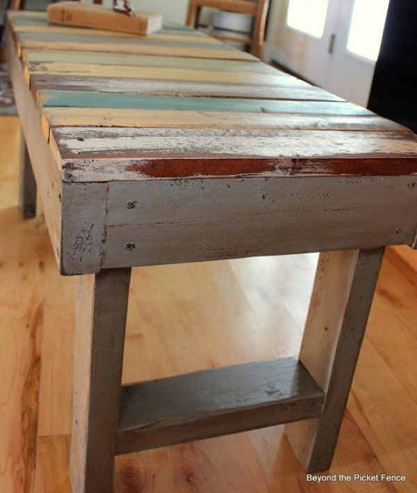Check out the tutorial on how to make a #DIY pallet bench. Looks easy enough! #HomeDecorIdeas