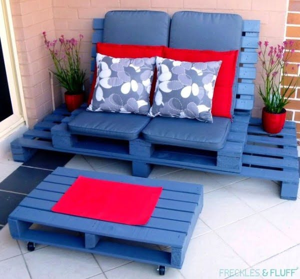 Great idea! Check out the tutorial on how to make a #DIY outdoor pallet lounger. #HomeDecorIdeas