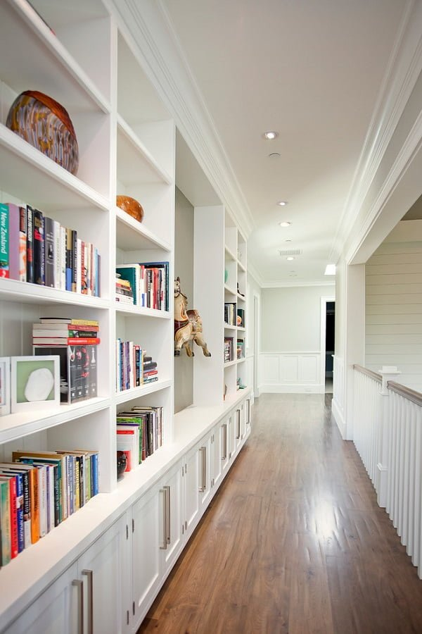 You have to see this #bookshelf decor idea with decorative central bookshelf wall and all-white cabinets. Love it! #BookshelfDecor #HomeDecorIdeas