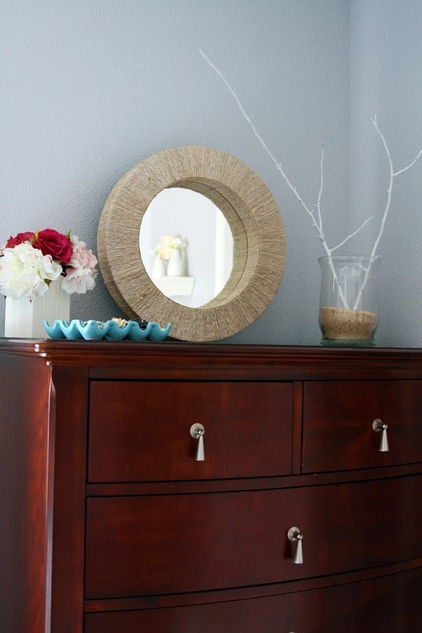 50 Fab DIY Mirror Frames You Can Easily Make Yourself - How to make a DIY Jute mirror #DIY #homedecor
