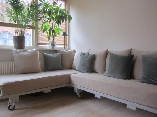 How to build a #DIY sectional sofa on wheels from pallets #homedecor