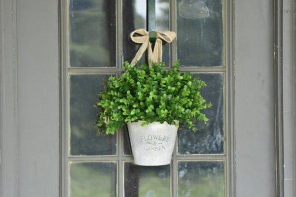 Flower basket front door decor idea #homedecor