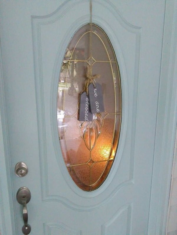 Gift tag front door decor idea
