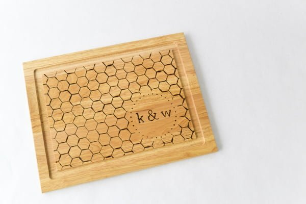 How to make a monogrammed DIY cutting board #DIY #homedecor