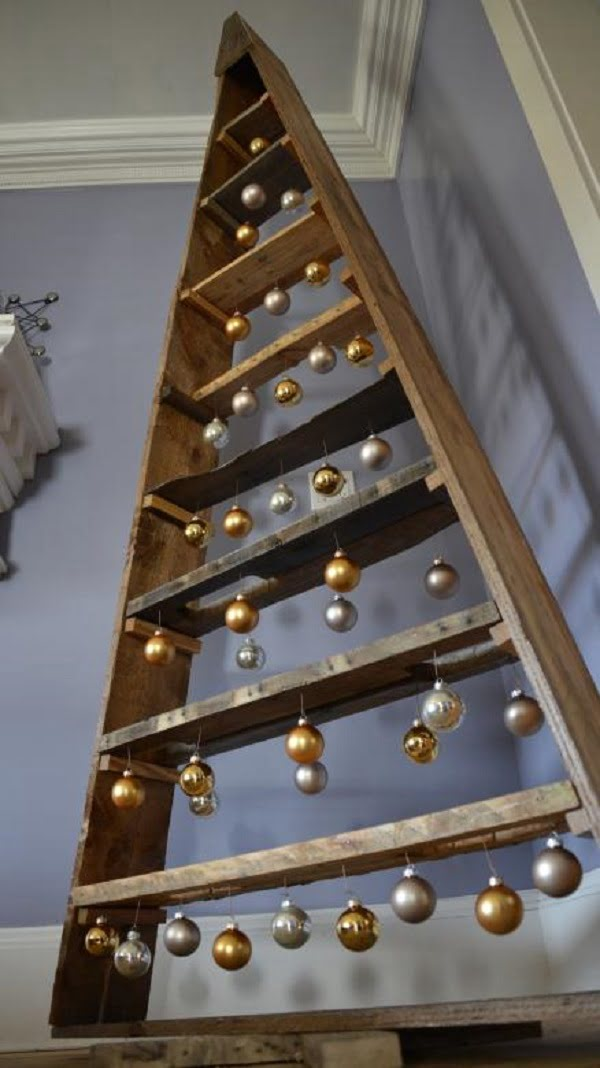 How to make a #DIY pallet #Christmas tree with shelves #homedecor