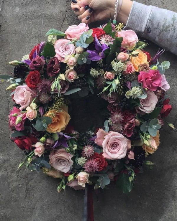 Full-Color Floral Wreath Idea #wreaths