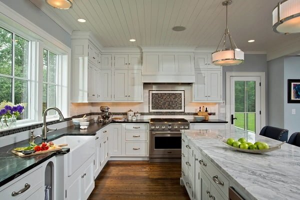 Shaker cabinets in a farmhouse kitchen #homedecor