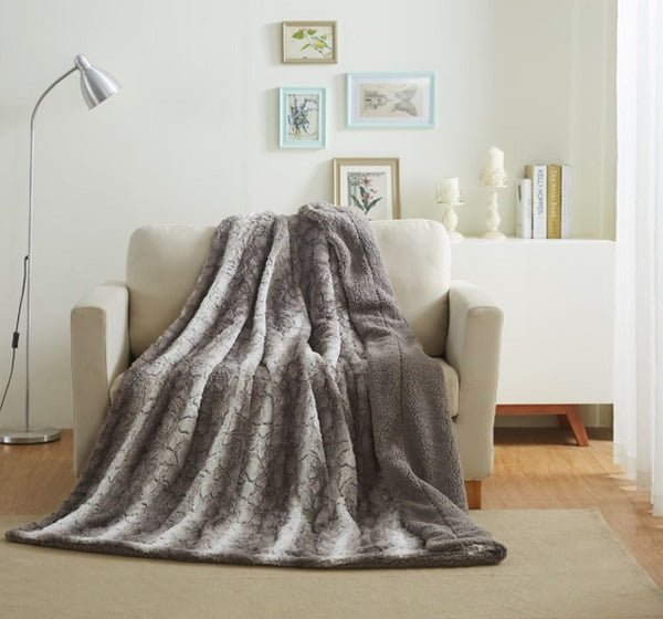 Snow giraffe faux fur blanket