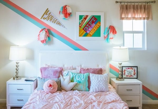 Teen bedroom photo wall idea