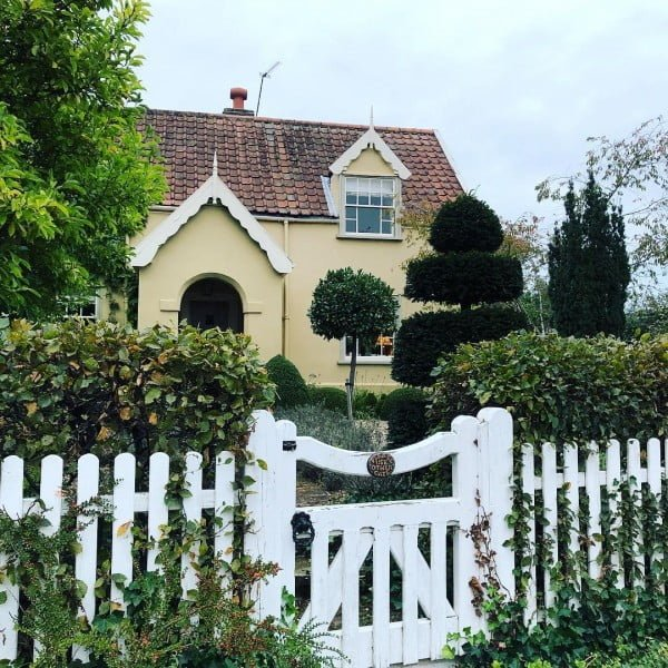 Lovely 20 Cottage Style Landscaping Ideas To Enhance Your: 20 White Picket Fence Landscaping Ideas And Designs
