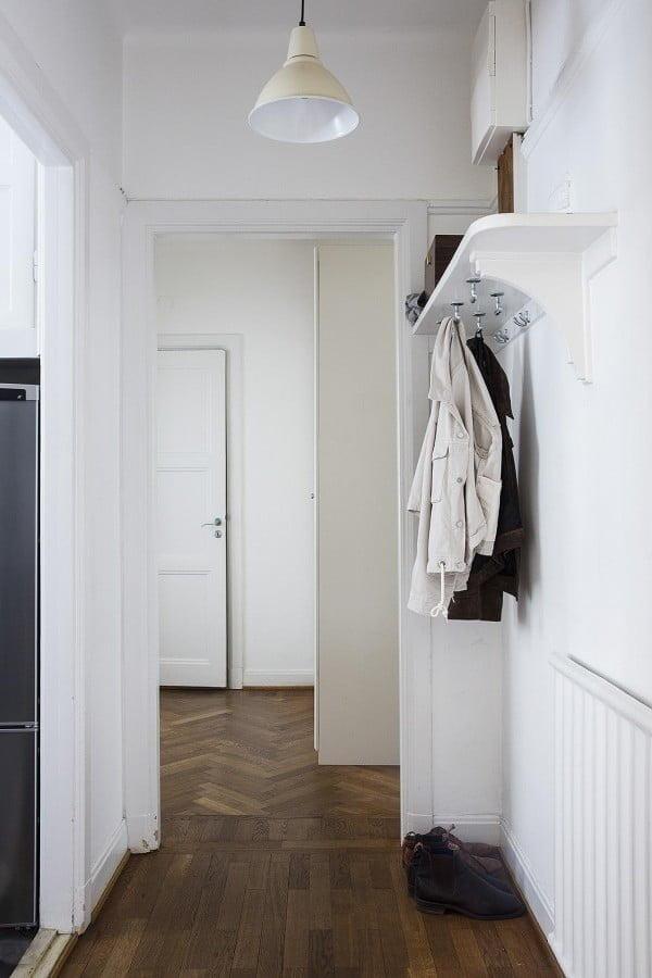DIY Coat Rack: Hooks Mounted Under a Shelf for Entryway Storage #DIY #homedecor #organization