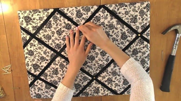 DIY: Quick and Inexpensive Fabric Bulletin Board #DIY #homedecor #homeoffice