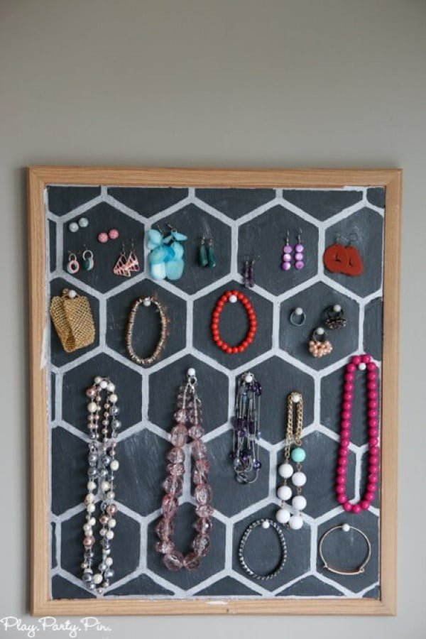 Easy DIY Jewelry Holder from a Cork Board #DIY #homedecor #homeoffice