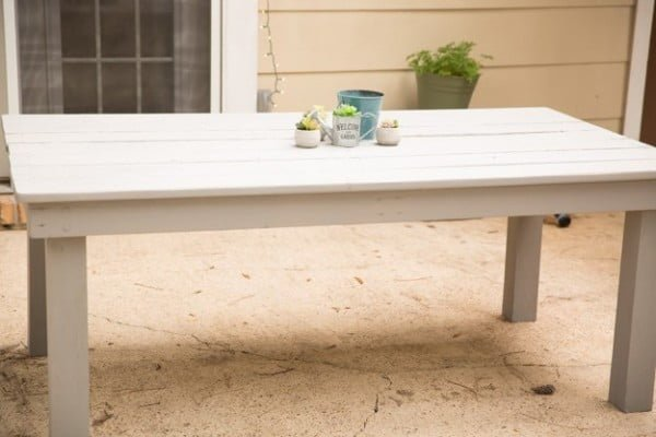 DIY FARMHOUSE BENCHES (FREE BLUE PRINTS) #DIY #patio #outdoors #backyard #furniture
