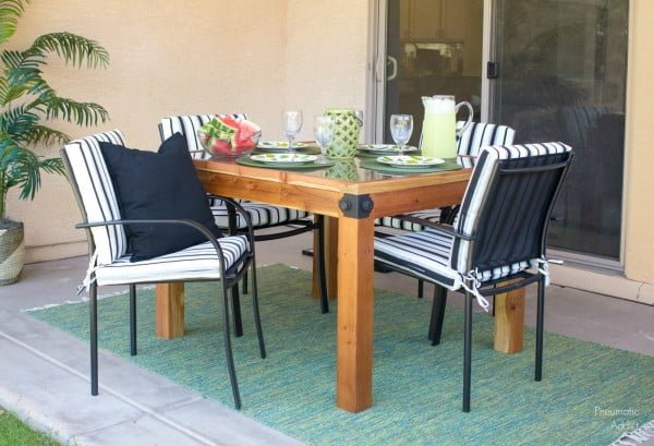 How To Build a DIY Outdoor Table #DIY #patio #outdoors #backyard #furniture