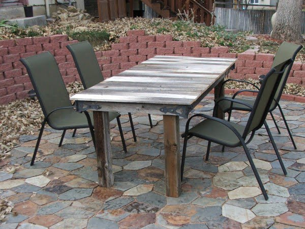 Turn a Broken Gate Into a Rustic Outdoor Table #DIY #patio #outdoors #backyard #furniture