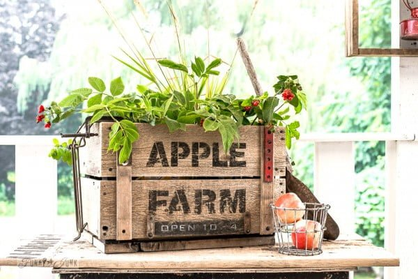 Reversible DIY reclaimed wood Flower and Apple Farm crate #DIY #reclaimedwood #homedecor #rustic #farmhouse